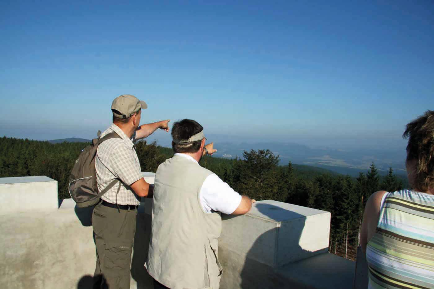 Zwei Männer, die in die Ferne schauen, blauer Himmel