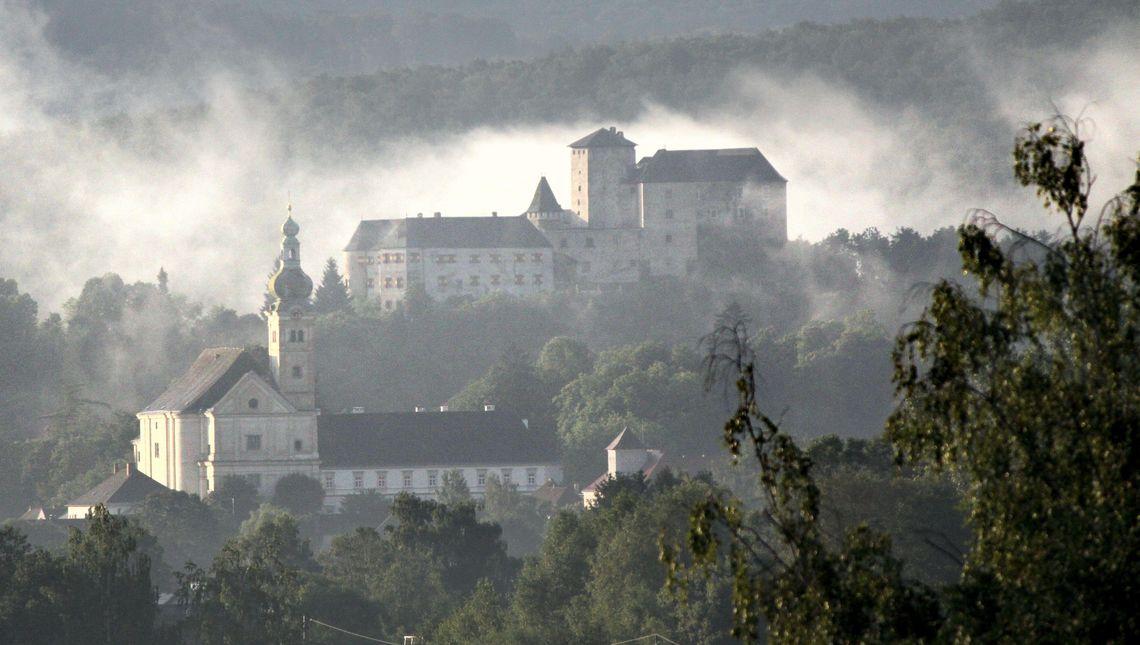 Burg und Kirche, Ansicht von weiter weg, Nebel